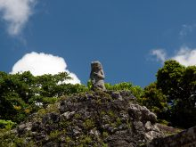 東室の横の石像