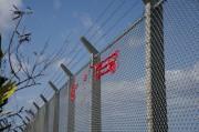 フェンスの赤いテープ