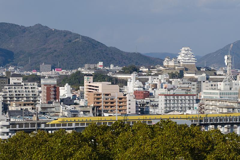 姫路城とドクターイエロー下り