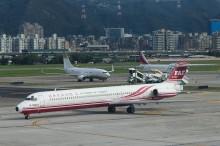 松山機場デッキよりMD82