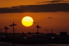 夕日を貫く飛行機